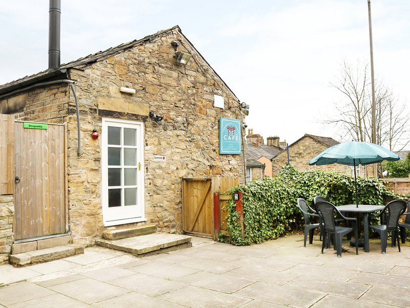 LADYBIRD, first floor apartment, private enclosed courtyard, WiFi, nr New, holiday rental in Mellor