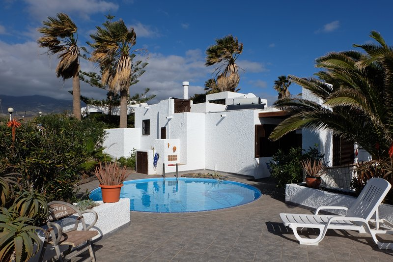 Little house with pool,sea-and mountainview and big sunterrace for 4 pers, holiday rental in Poris de Abona