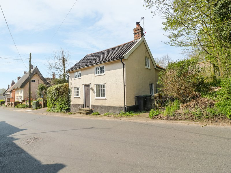 WOODLANDS, woodburner, WiFi, walks from the doork, pet-friendly, charming, holiday rental in Harleston