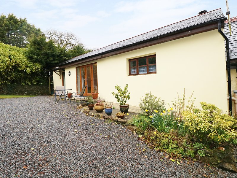 THE HIDEAWAY AT THE BARN, all ground floor, WiFi, private garden, romantic, vacation rental in Whitland