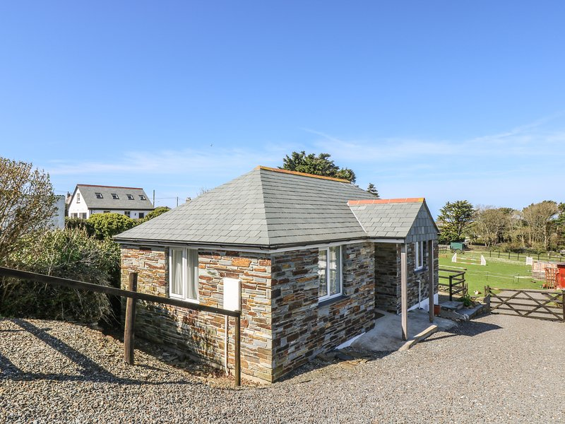 SUNSET COTTAGE, detached, single-storey, romantic retreat, close to shop and, vacation rental in Tintagel