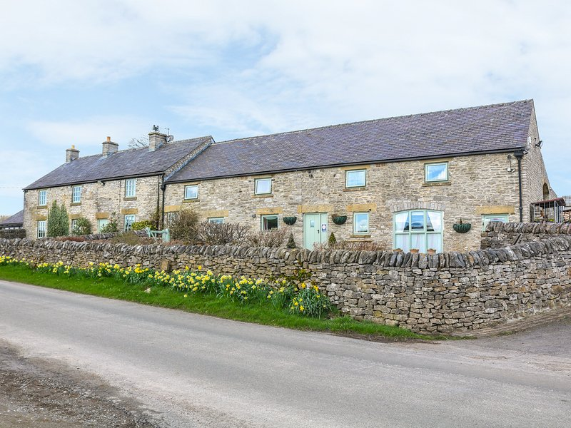 THE DAIRY semi-detached, wonderful views, pet-friendly cottage in Tideswell, casa vacanza a Sparrowpit