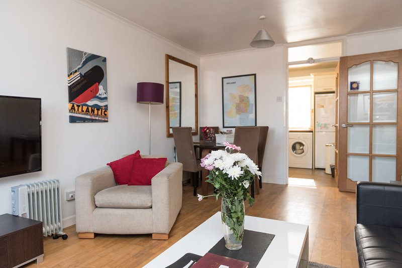 Popular City Centre Location/ Parking/ Private Entrance, vacation rental in Belfast