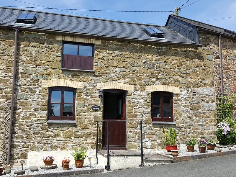 THE SHIPPON, welcoming cottage, shared grounds, pond, conservatory in, holiday rental in Altarnun