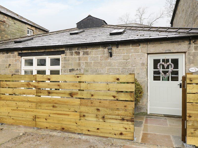 BARN OWL COTTAGE, Grade II listed, open-plan, beams, Ref 12884, holiday rental in Summerbridge