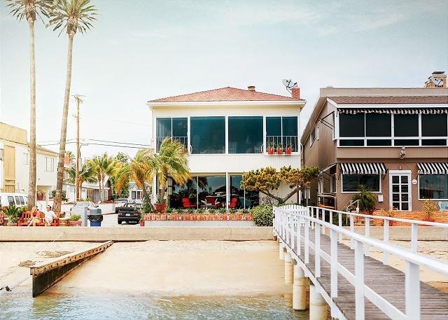 BEST BALBOA ISLAND BAYFRONT - 2 LIVING ROOMS-DOCK ACCESS- 2 CAR GARAGE-PATIO, holiday rental in Balboa Island