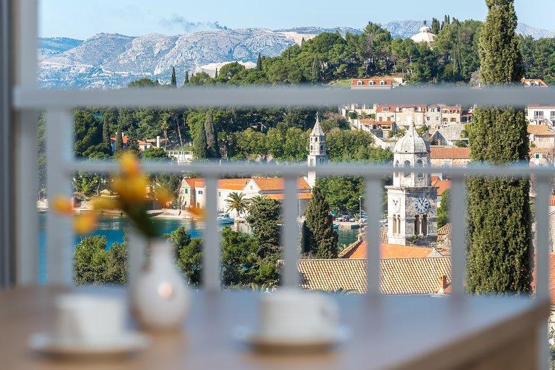 Das Hotel liegt im 1. Stock, hat eine Terrasse mit Sitzgarnitur und mit schönen Meer / Blick auf die Stadt.