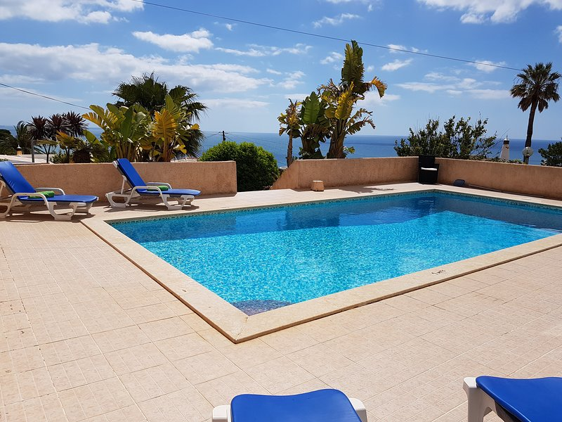 A fabulous detached house with private pool, garden and panoramic sea views., alquiler vacacional en Luz