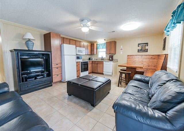 Short walk to Beach- 2 Bedroom / 1 Bath Quad 4 Cottage (up)w/pool access, vacation rental in North Myrtle Beach