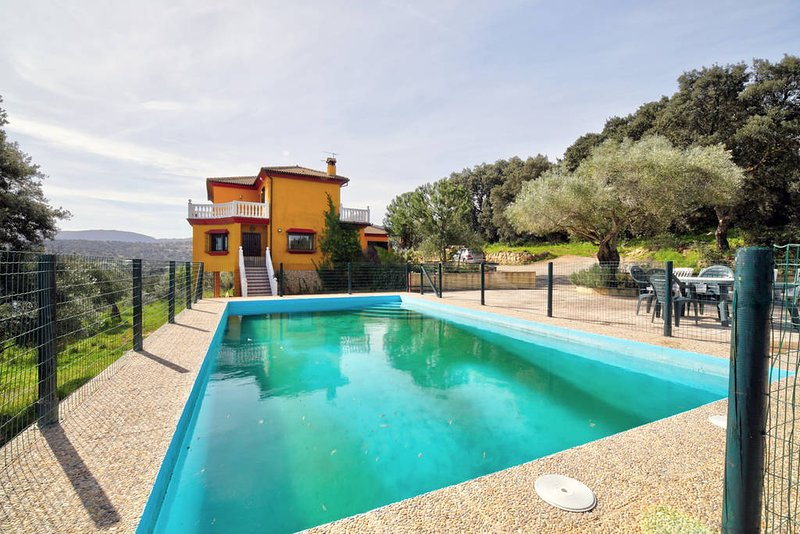 Spacious villa with swimming-pool, casa vacanza a Benaoján