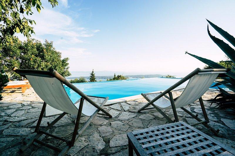Zavala Villa Sleeps 8 with Pool - 5611624, Ferienwohnung in Humac