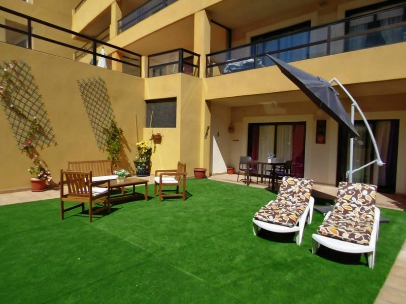 330 - Edificio Aguamarina. Big terrace. Sea & Marina side view. Heated Pool.WIFI, location de vacances à Golf del Sur