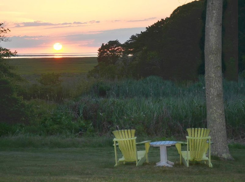 Sunset Bay Cottage Lg backyard w sunset views,Trails to Grays Bch, kayaks, bikes, holiday rental in Yarmouth Port