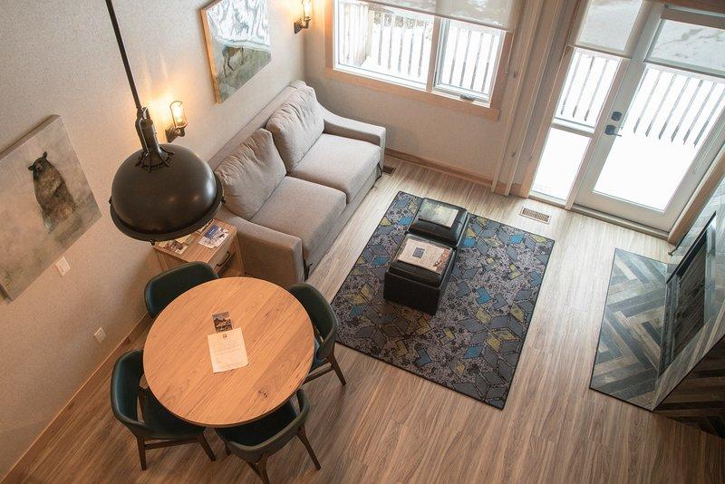 De ruime woonkamer is licht en onlangs gerenoveerd.