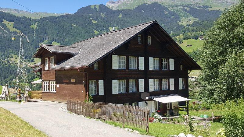 Ferienwohnung in ruhig gelegenem Chalet mit Pistenanschluss, holiday rental in Bernese Oberland
