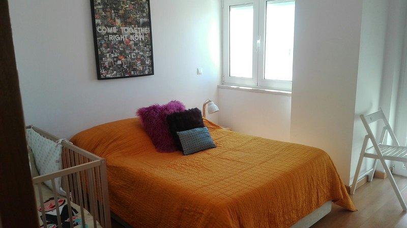 Caparica Beach Apartment - 1 Bedroom / Sleeps 4 (2 bedroom + 2  living room), holiday rental in Costa da Caparica