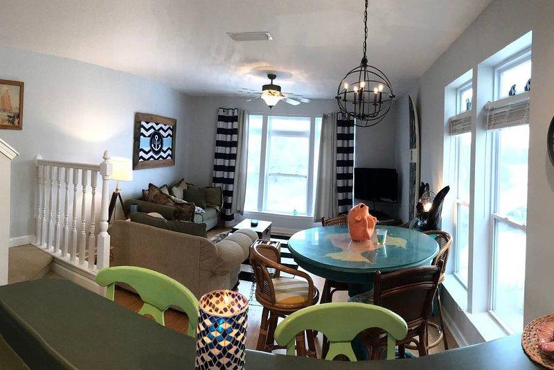 Dit is onze woonkamer, waar we genieten van het uitzicht, speelkaarten, boeken of gewoon een praatje.