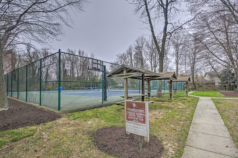 Speel een partijtje tennis, of picknick in het aangrenzende tafels.
