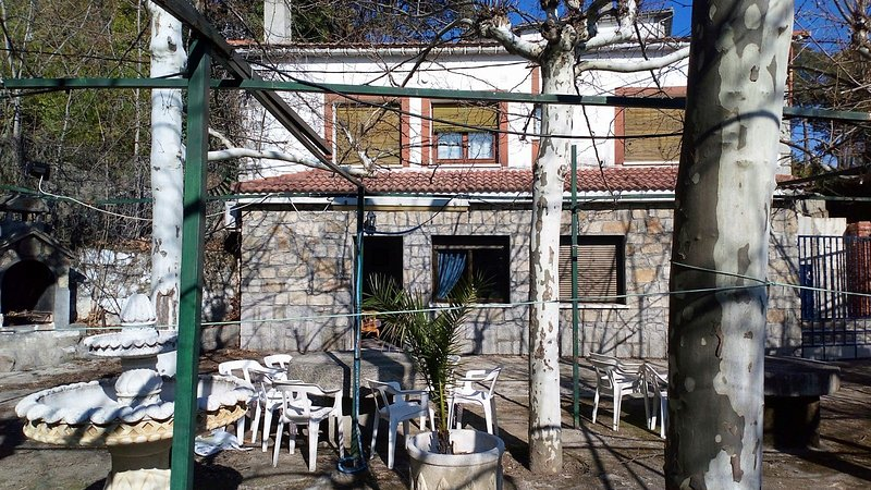 Big house with shared pool & garden, vacation rental in El Real de San Vicente