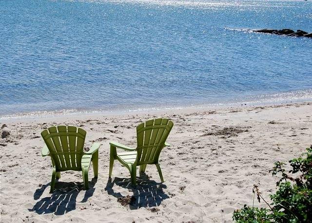 Oceanfront duplex sleeping 6-breathtaking views of Nantucket Sound, location de vacances à Dennis