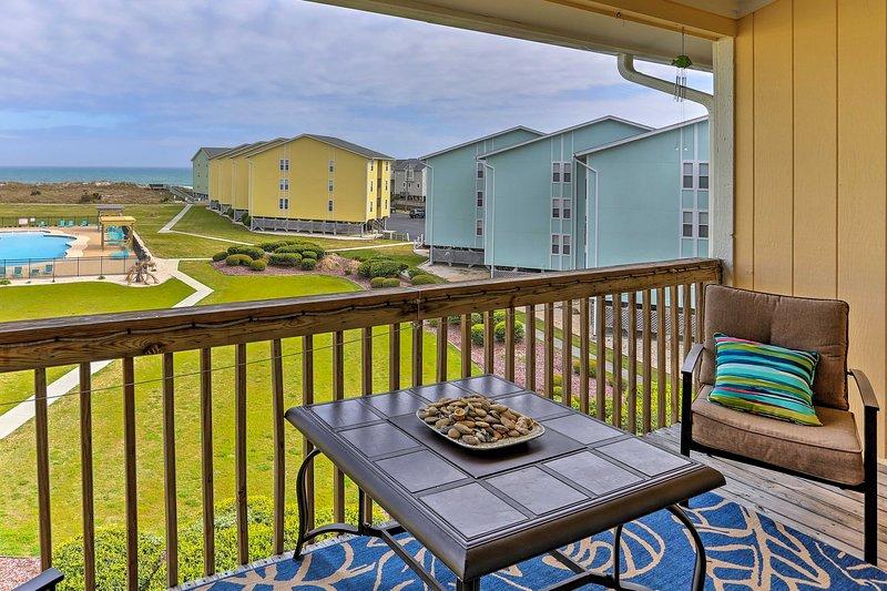 Der Balkon zeigt einen unschlagbaren Blick auf den Pool und das Meer!