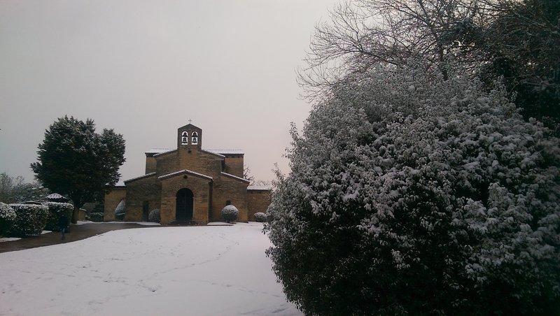 San Julian de los Prados bajo la nieve.