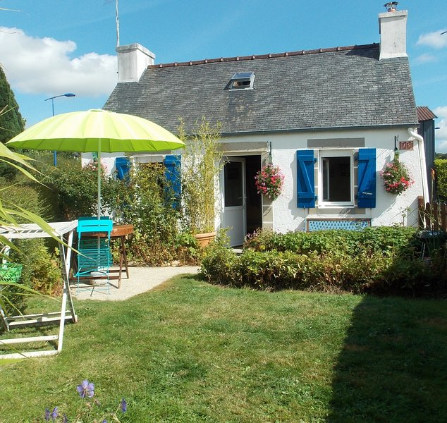 Small cottage approx 30 m2, overlooking a walled garden of approx 50 m2, Mountains Arre, 30 min sea ...