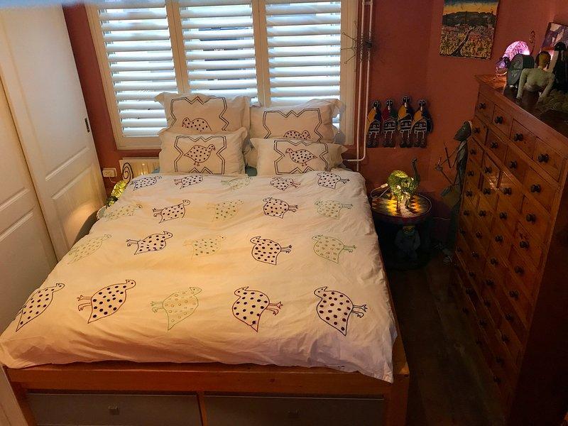 Amplia habitación con cama doble diseñado en estilo africano