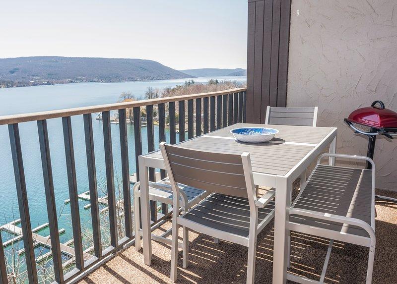 Upper Deck con splendida vista lago Canandaigua, posti a sedere per 6-8 e un barbecue grill.