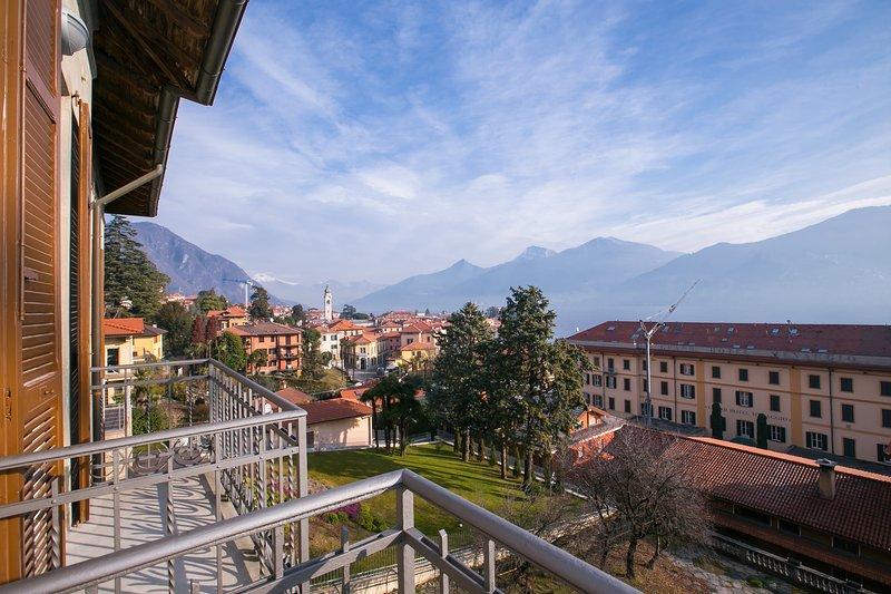 Utsikt över Menaggio centrum från vardagsrummet balkong