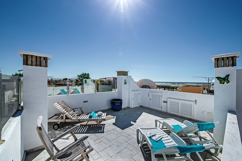 Casa A Ver | Renovated 2 bedroom Townhouse in a fishing Village, aircon, Wifi, holiday rental in Olhao