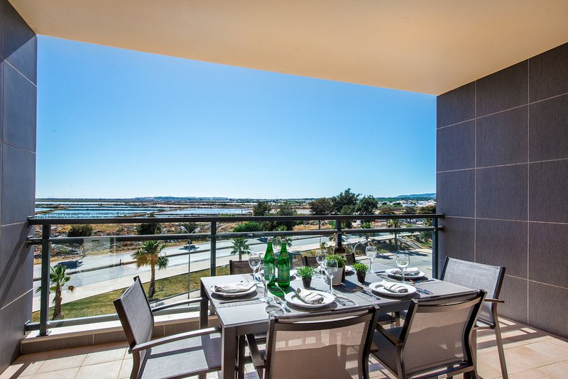 Apartment Salinas | Stunning 3 bedroom apartment with sea views sleeps 5, holiday rental in Ilha Do Farol