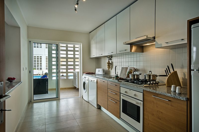Een moderne en goed gevulde keuken, perfect vakantie leven