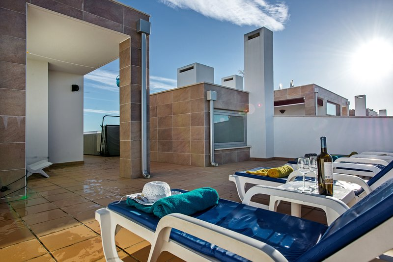 Apartment Ria View|Fabulous penthouse, 2 bedrooms, shared pool, private hot tub, holiday rental in Olhao