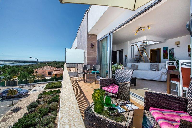ApartmenRoma | Penthouse, 2 bedrooms, roof terrace, access to Resort pools, aluguéis de temporada em Fuseta