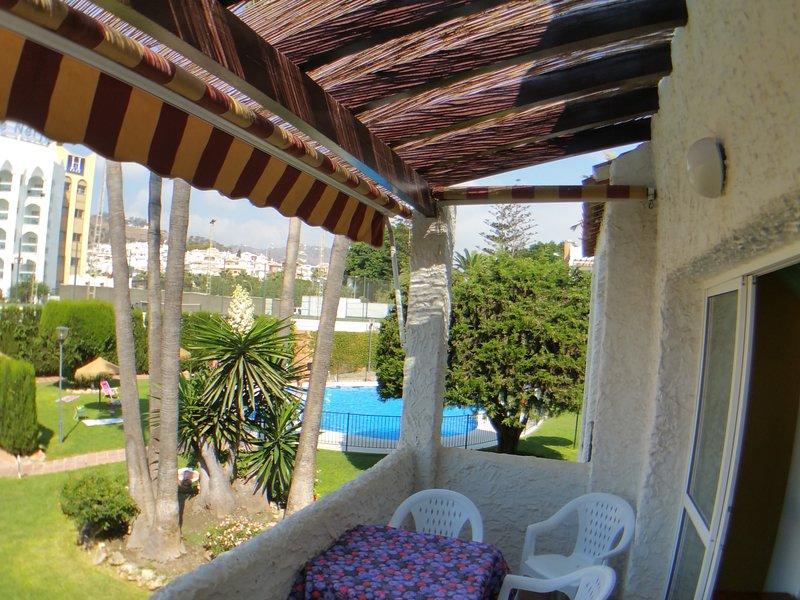 Vista desde la terraza a los jardines y piscina.