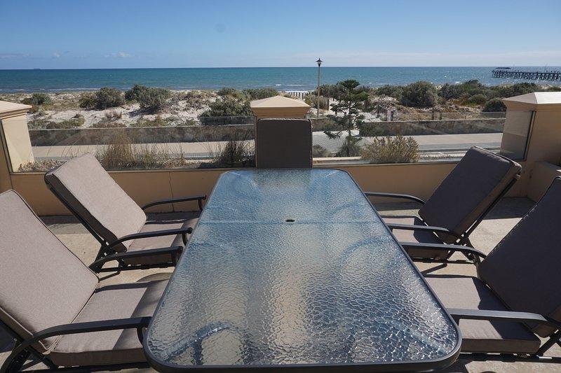 Dineren of gewoon ontspannen op het terras met uitzicht op het zand en de zee.