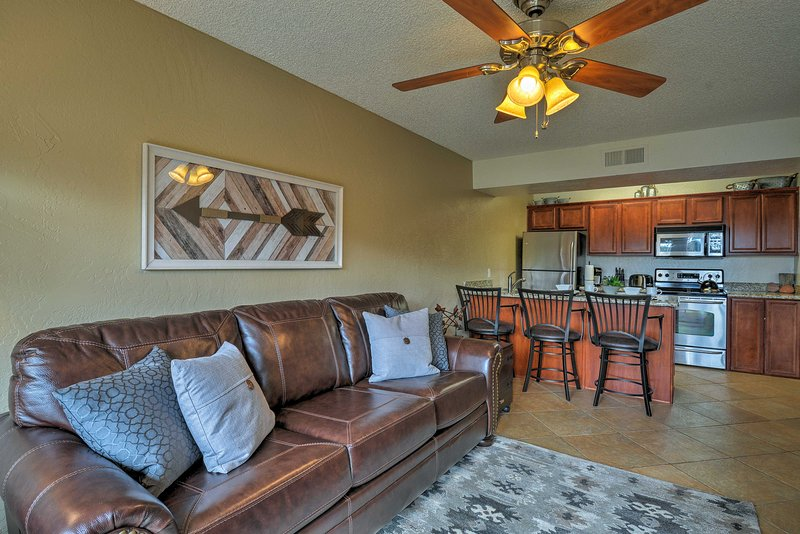 South Sedona Condo w/ Pool Access - Walk to Shops!, holiday rental in Village of Oak Creek