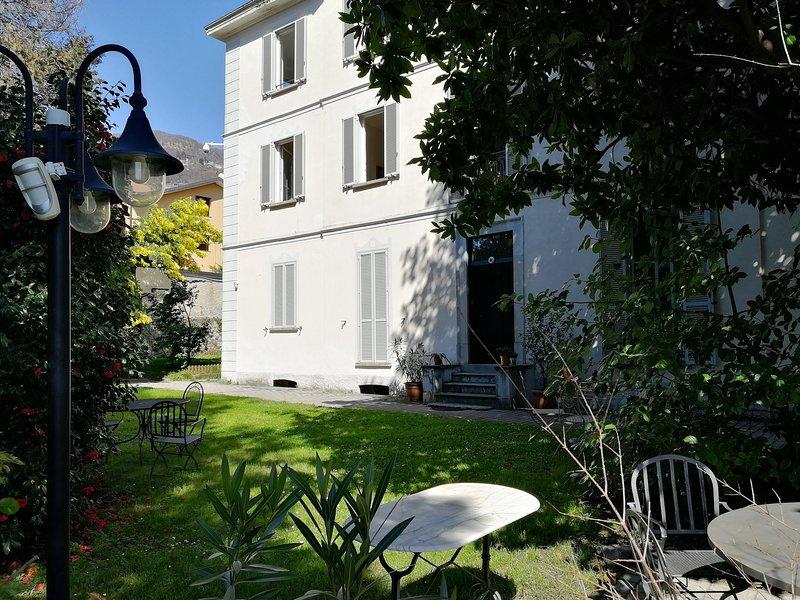 Spacious apartmemt in Villa with garden - 5 people, casa vacanza a Maccagno