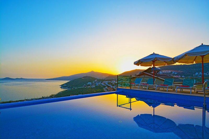 Villa Rigel, 300m.to Town, Indoor Pool, Jacuzzi, Billiards,Treadmill, location de vacances à Kalkan