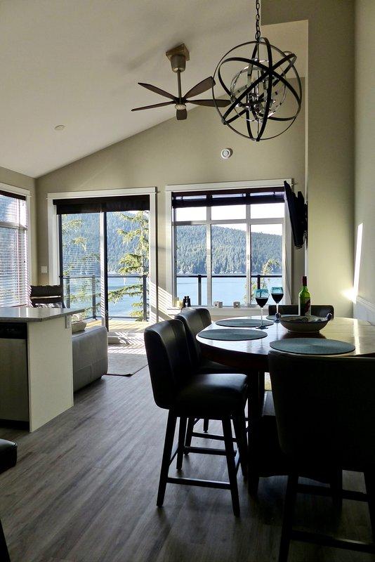 Keukentafel, woonkamer en een spectaculair uitzicht.