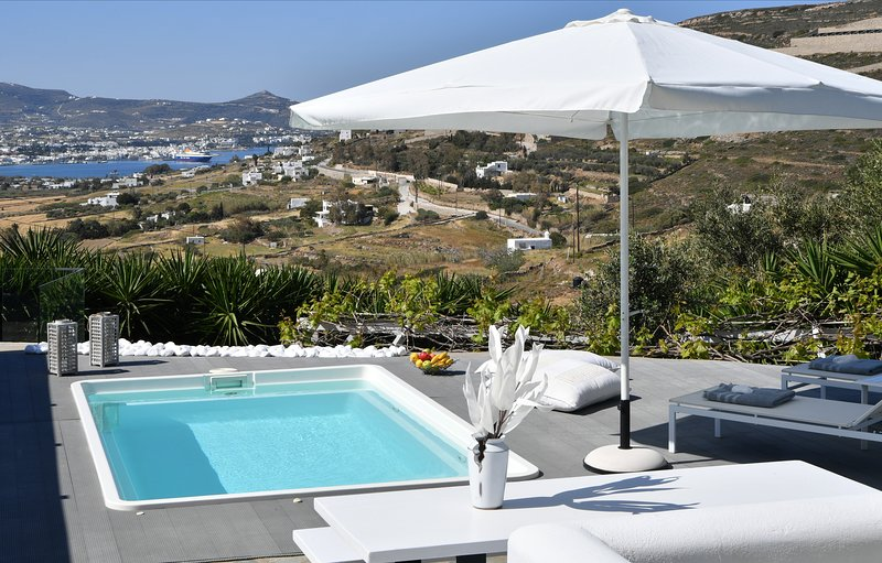 Azzurro Bianco Suite 1 with private pool, alquiler vacacional en Paros