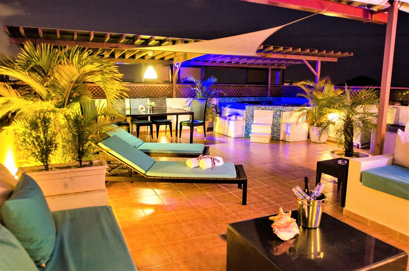 7 BR, Rooftop Luxury PENTHOUSE & Jacuzzi★★★★★, vakantiewoning in Santo Domingo