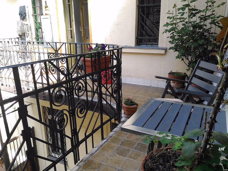 die Innere private Terrasse mit Balkontisch und Sessel idel für den Morgen Kaffee ....
