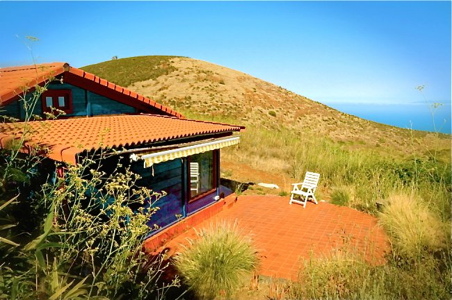 COZY WOODHOUSE IN PURE NATURE ON PRIVATE FINCA, CENTRIC, near teide nationalpark, holiday rental in Llano del Moro