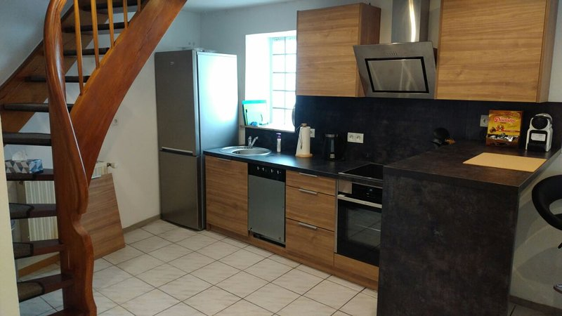 Large, fully-furnished 1 bed duplex apartment 5 min from Ramstein US Air Base, vacation rental in Landstuhl