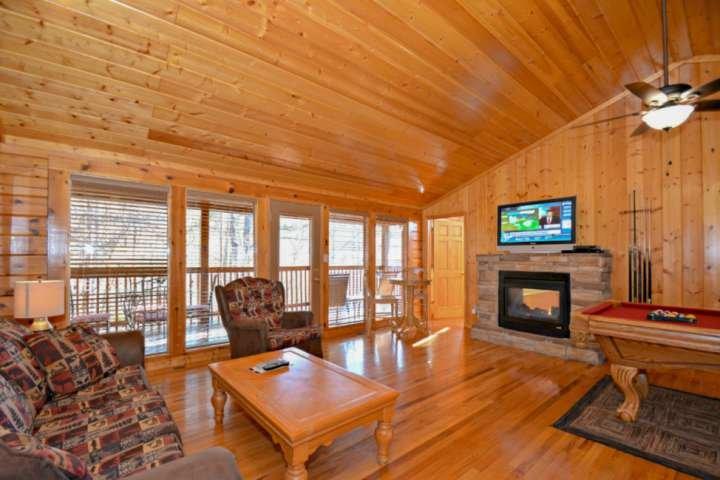 La gran área abierta da esta cabaña de 1 dormitorio un ambiente acogedor, con fácil acceso al balcón para las mañanas tranquilas.