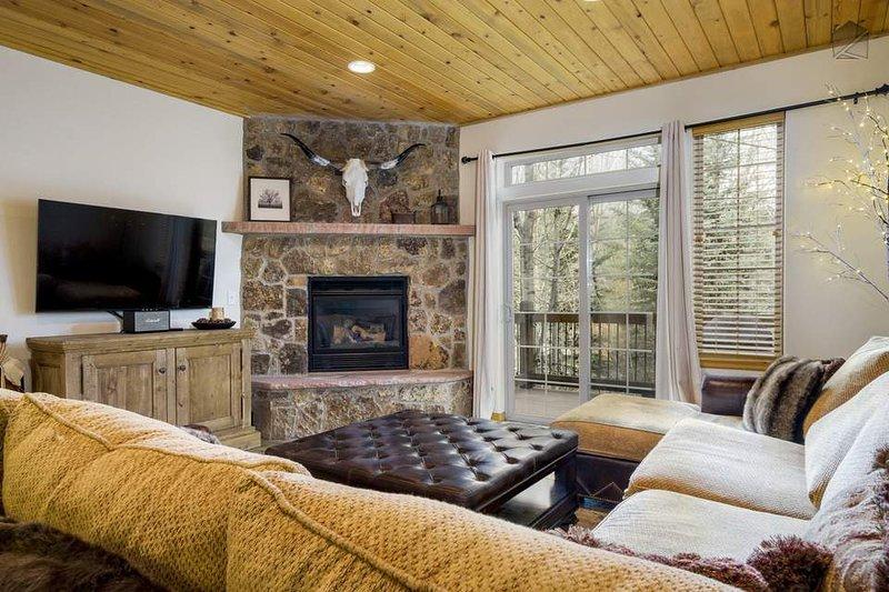 A sala principal tem uma lareira de pedra tradicional, TV, e uma abundância de decorações ocidental-temáticos.