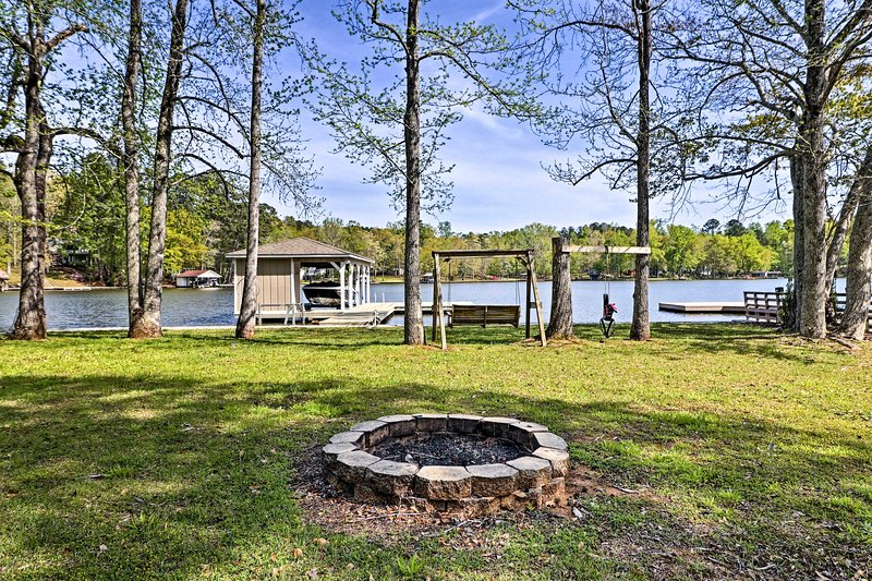 Situated on Lake Sinclair, this vacation rental for 6 is a perfect retreat.