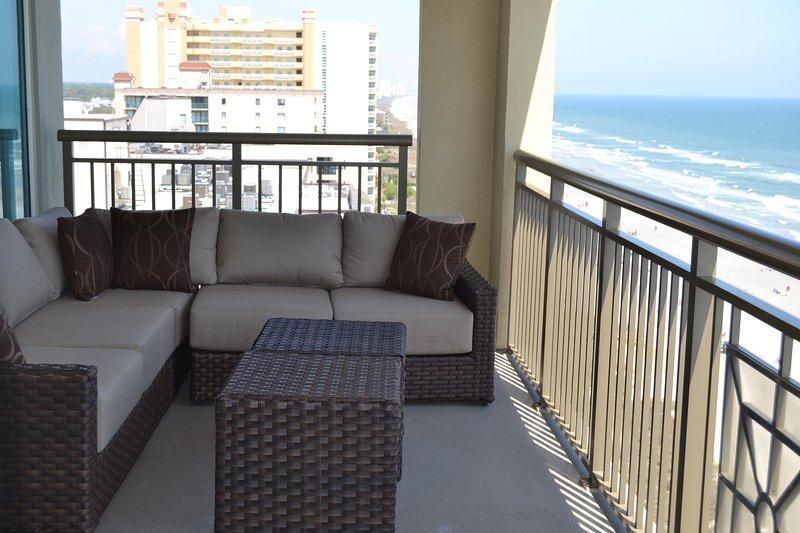 Bellissimo balcone divano e cuscini nuovi